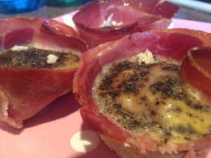 These gluten free baked egg and ham cups make a great lunch and can be served either hot or cold.